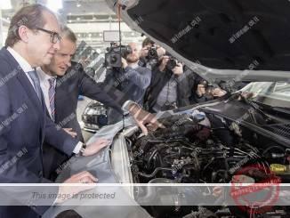 שר התחבורה הגרמני (משמאל) מקבל הסבר מבכיר בפולקסווגן על הפתרון הטכני למנוע הדיזל (פולקסווגן)
