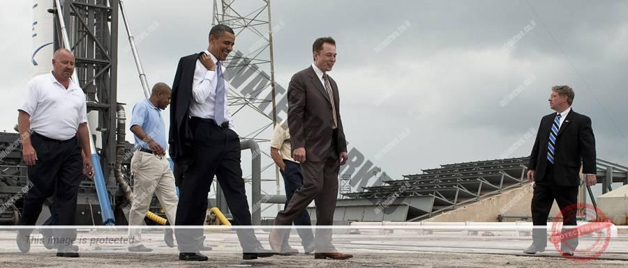 פוליטיקאים הולכים, אנשי עסקים נשארים. מאסק מציג לנשיא אובמה את טיל הפאלקון 9 (נאסא)