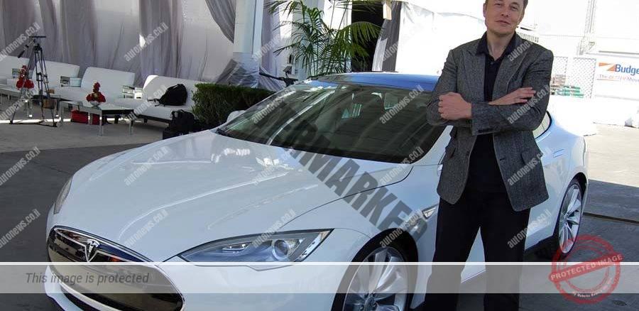 אלון מאסק לצד מכונית טסלה מודל S בבית החרושת בפרמונט, קליפורניה (Maurizio Pesce, ויקיפדיה)