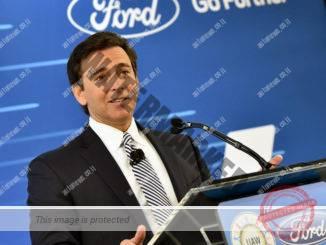"""מרק פילדס, הבוס של פורד, מודיע על החלטת פורד לבטל השקעה במכסיקו ולהשקיע בארה""""ב ב-3 בינואר השנה. האם פילדס לקה בסינדרום שטוקהולם? (פורד)"""