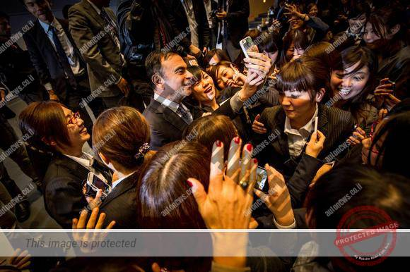 קרלוס גוהן מוקף קהל מעריץ ביפן (ניסאן)