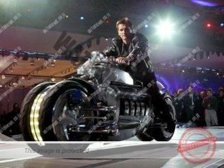 כוכב נופל. וולפגאנג ברנהארד, ב-2003, רכוב על אופנוע קונספט, דודג' טומאהוק עם מנוע V10  של הדודג' וייפר בתערוכת המכוניות של צפון אמריקה 2003 (דיימלר)