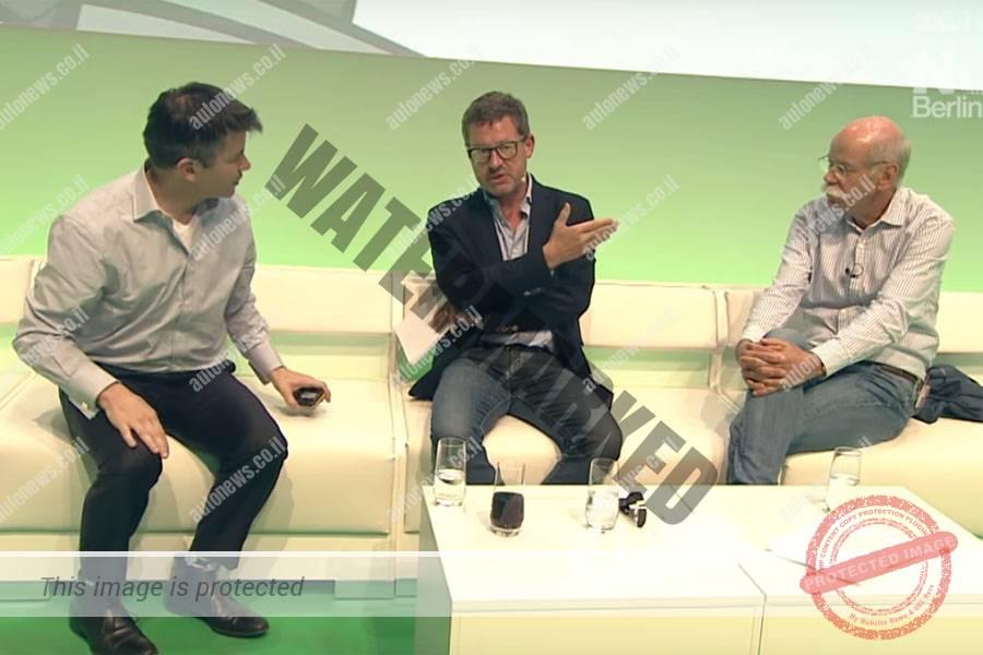 טראביס קלאניק (משמאל) הבוס של אובר בדיון עם דיטר זטשה, הבוס של דיימלר, בשנה שעברה. מאתמול הם גם שותפים (תצלום מסך)
