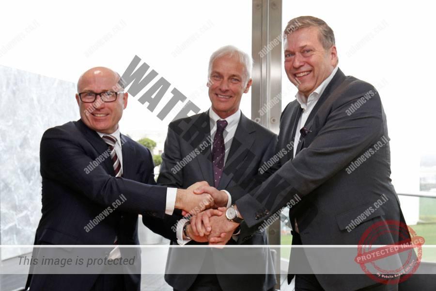 מתיאס מולר, הבוס של קבוצת פולקסווגן (במרכז), ברנהרד מאייר הבוס של סקודה (משמאל) וגונתר בוצ'ק, ה-CEO של טאטא בעת חתימת מזכר ההבנות (פולקסווגן)
