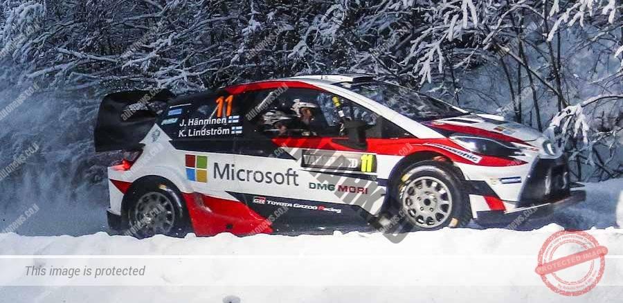 טויוטה יאריס WRC בדרך לניצחון בראלי שבדיה. מיקורוסופט נותנת חסות גדולה של הקבוצה (טויוטה)