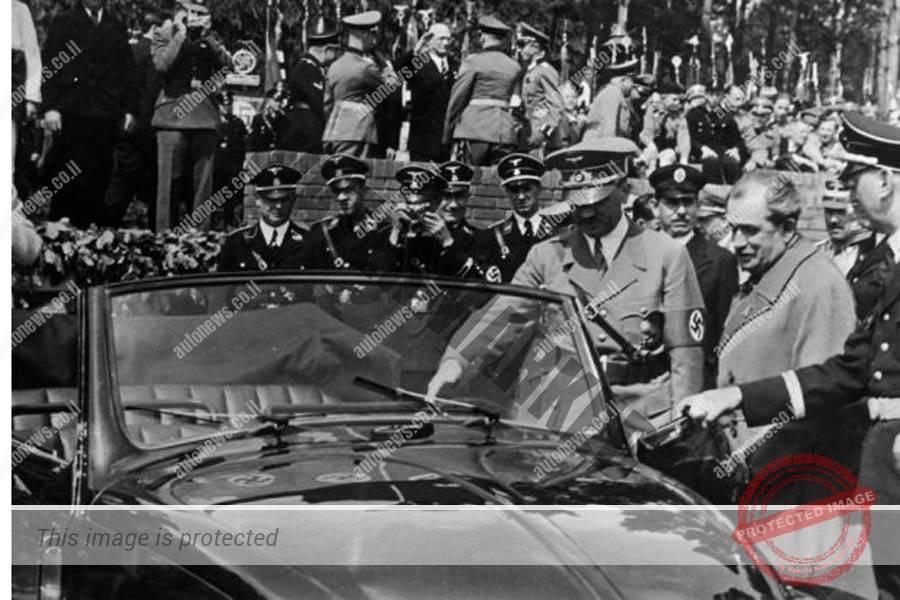 פורשה (מימין להיטלר) מזמין את הצורר הנאצי להיכנס לחיפושית בטקס חנוכת המפעל בפלרסלבן, היום וולפסבורג.