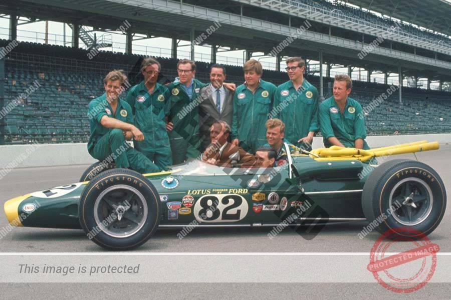 קלארק בלוטוס 38 שנת 1965, צ'פמאן כורע משמאל מאחור וקבוצת מכונאים עומדים בשורה. התמונה צולמה ככל הנראה לפני המרוץ (פורד)
