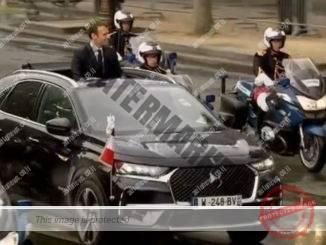 נשיאה החדש של צרפת עמנואל מקרון, בולט מתוך ה-DS7 Crossback במהלך נסיעה בשאנז אליזה (סיטרואן)
