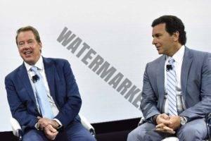 """ביל פורד (משמאל) היו""""ר ומרק פילדס, ה-CEO בתערוכת דטרויט 2017 (פורד)"""