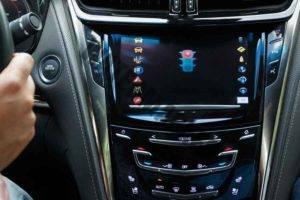 התראה מרמזור אדום במערכת V2V במכונית קדילאק (ג'י.אמ)
