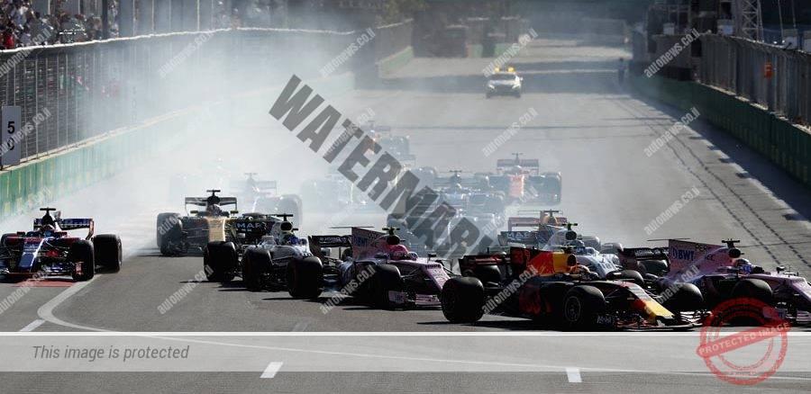 מכוניות הפורמולה 1 מסתערות על הפניה הראשונה על המסלול של באקו, מיד אחרי הזינוק למרוץ (Getty Images / redbullcontentpool)