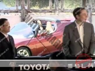 אילון מאסק (מימין) ואקיו טויודה, הבוס של טויוטה, מודיעים על שיתוף הפעולה בין שתי החברות ב-2010 (טויוטה)