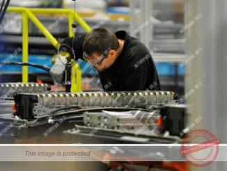 פועל במפעל לייצור מצברים של ניסאן בבריטניה ב-2016 (ניסאן)