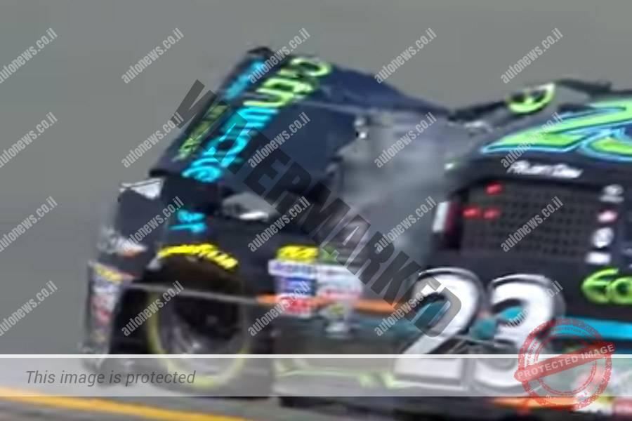 מכונית הטויוטה של דאי בדרך לפיטס אחרי שנפגעה בתאונה (יוטיוב, צילום מסך)