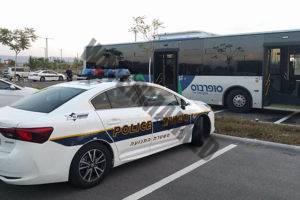מכוניות משטרה ליד אוטובוסים של סופרבוס בעת בדיקת האוטובוסים. 18 מ-24 שנבדקו הושבתו (דוברות המשטרה)