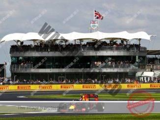 הגרנד פרי הבריטי 2016. מכונית רד בול חולפת על פני היציע של ה-BRDC במסלול הבריטי המפורסם (Getty Images/Red Bull Content Pool)
