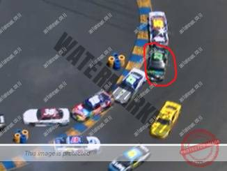 מכונית הטויוטה של דאי (בעיגול האדום) בסנדביץ' בין שתי מכוניות בתאונה שהרסה את המרוץ (צילום מסך)