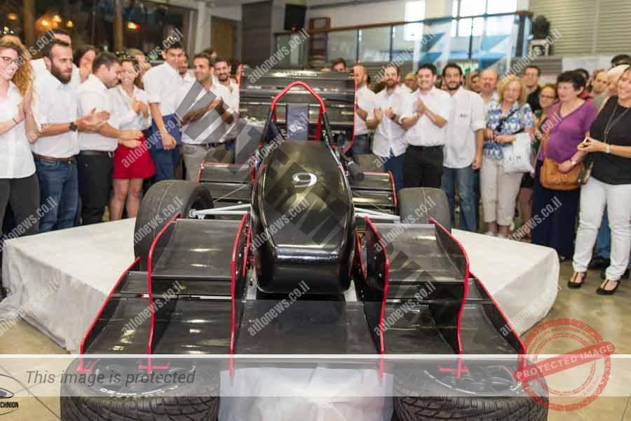 מכונית פורמולה סטודנט עם מנוע KTM צילינדר 1 ומיתקונים אווירודינמיים סביב (דוברות הטכניון)