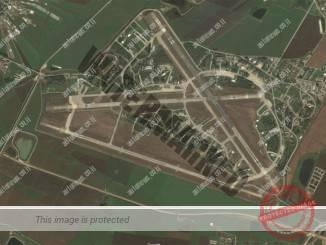 מסלוליו של רמת דוד במרכז ולמטה מסילת הרכבת לאורך שדה הצלע הדרומית של שדה התעופה הצבאי (צילום מסך גוגל מאפס)