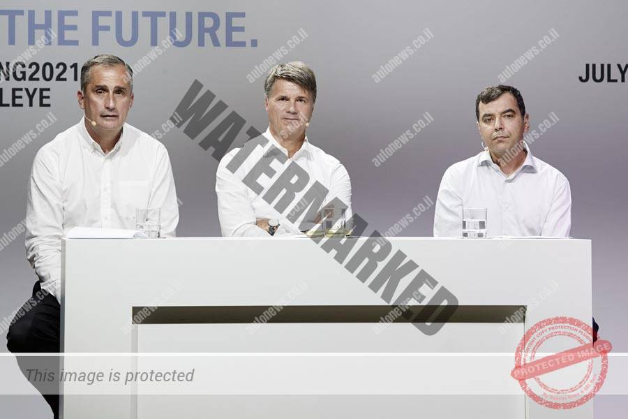 """פרופ' אמנון שעשוע  יו""""ר מובילאיי (מימין), הארלד קרוגר יו""""ר הנהלת ב.מ.וו (באמצע)  ובריאן קאצ'נאצ' ה-CEO של אינטל בטקס ביום שישי (ב.מ.וו)"""