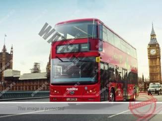 """אוטובוס דו קומתי חשמלי של BYD על רקע הביג בן (יח""""צ)"""