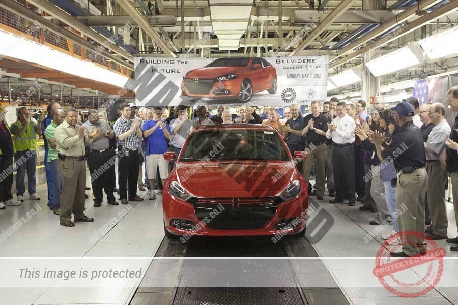 הדודג' דארט הראשונה יורדת מפס הייצור ביולי 2012 במפעל בלוודיר שבהכנתו לייצורה הושקעו מאות מיליוני דולרים (FCA)