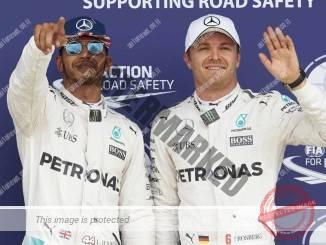 המילטון (משמאל) ורוזברג אחרי מקצה הדירוג. בדרך לעוד התנגשות? (דיימלר)