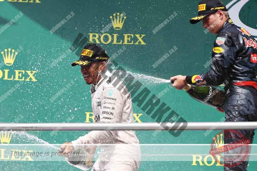 המילטון (משמאל) חוגג נצחון כשמימין מקס ורסטפאן שסיים שלישי (Getty Images/Red Bull Content Pool)