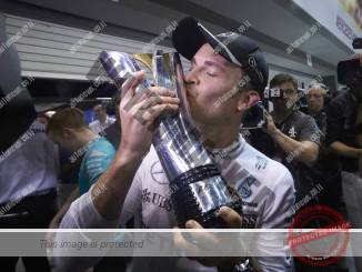 רוזברג מנשק את הפרס וחוגג עליה למקום הראשון באליפות העולם (דיימלר)
