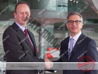 ג'ונתן ניל (משמאל) ה-COO של קבוצת מקלארן לוחץ ידיים עם אילן לוין, הCEO של סטארסאסיס באולם הכניסה למרכז מקלארן בווקינג, בריטניה (מקלארן)