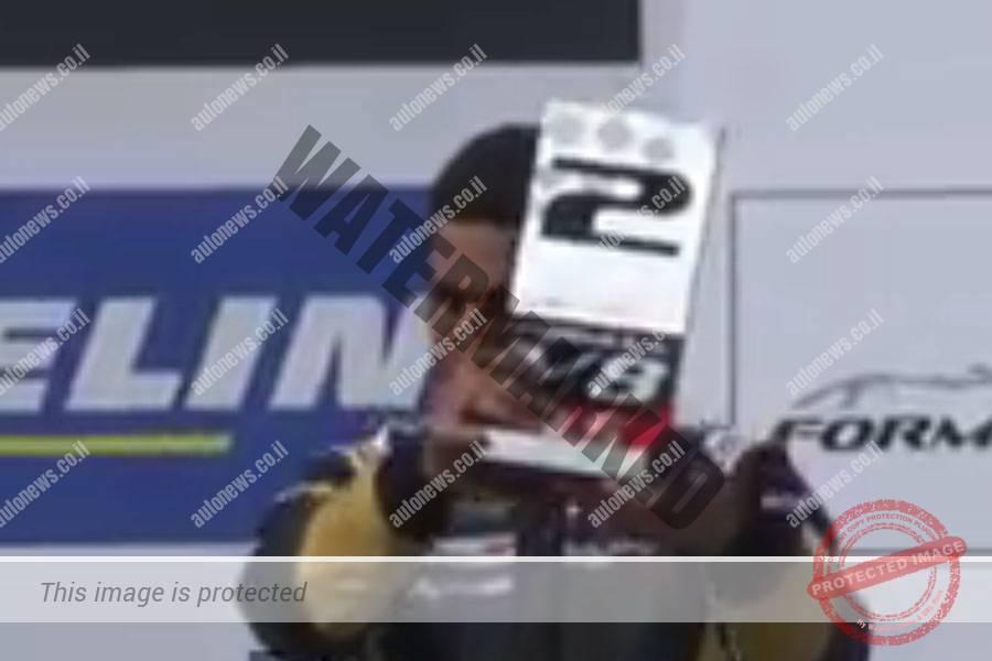 ניסני מקבל את הפרס על המקום השני (צילום מסך)