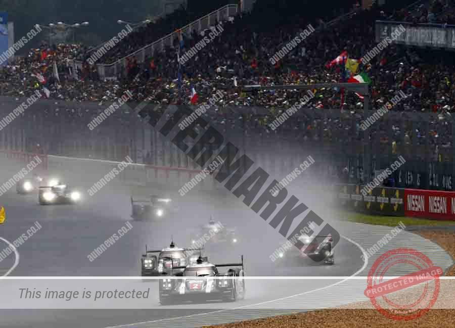 מכונית פורשה מובילה במרוץ בגשם ואחרי מכונית בטיחות, שעות רבות לפני הסיום הדרמטי (פורשה)