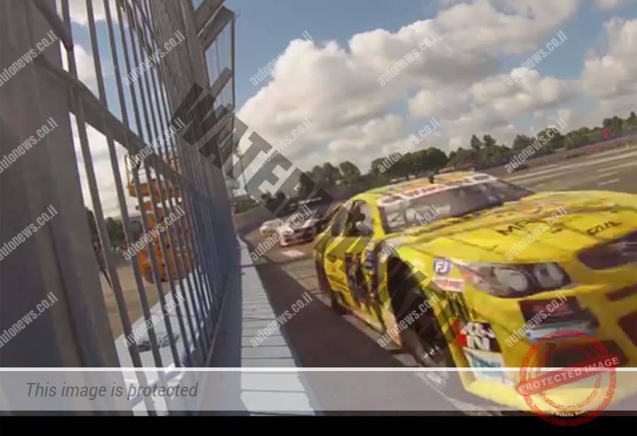 אלון דאי כמעט וחורך את גדר הבטון בדרכו למקום הרביעי במרוץ השני בטור (צילום מסך)
