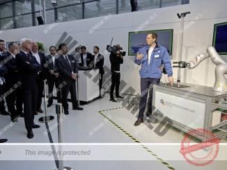 הדגמה של מכשיר רובוטי המתקשר עם אדם (פולקסווגן)