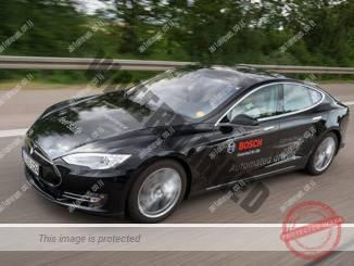 טסלה מודל S אוטונומית נבנחת על כביש בגרמניה (בוש)