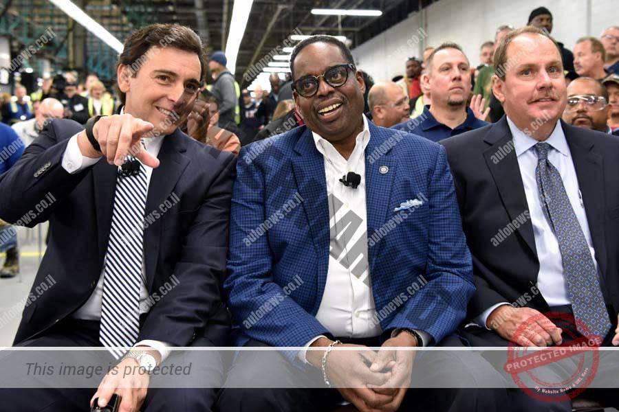 מרק פילדס (משמאל) הבוס של פורד במהלך הודעה על ההשקעה החדשה וביטול ההשקעה במכסיקו במפעל פורד במישיגן (פורד)