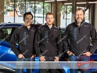 דן אמאן, נשיא ג'י.אמ (מימין) עם מייסד Cruise, קייל פוגט (במרכז) ודניאל קאן (גי.אמ)