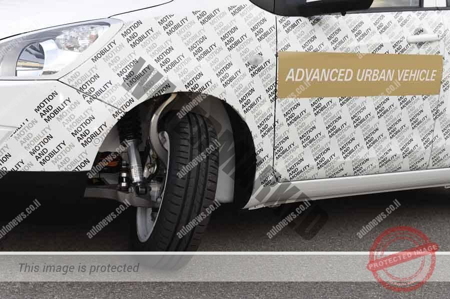 גלגלים קדמיים מכוונים בזוית עד 75 מעלות במכונית קונספט של ZF מאפשרים חניה קלה יותר (ZF)