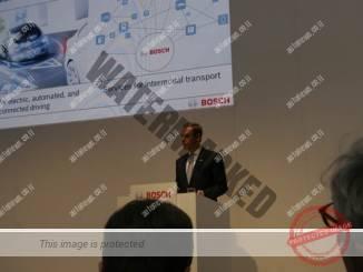 פולקמר דנר, ה-CEO של בוש, במסיבת עתונאים בתערוכת פרנקפורט 2015 (אוטוניוז)