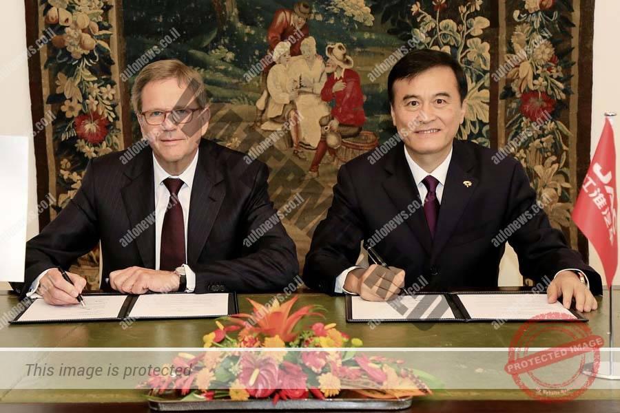 """יואכים הייצמן, נשיא פולקסווגן סין ואן ג'ין, יו""""ר JAC, חותמים על מזכר ההבנות (פולקסווגן)"""