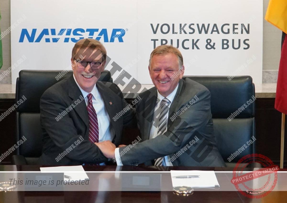 """טוני קלארק ה-CEO של נאוויסטאר (משמאל) ואנדריאס רנשלר, הבוס של פולקסווגן משאיות ואוטובוסים בטקס חתימת ההסכם אתמול בארה""""ב (פולקסווגן)"""