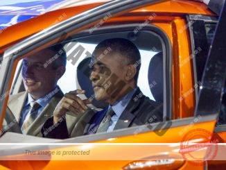 """נשיא ארה""""ב, ברק אובמה, בוחן שברולט וולט חשמלית. הממשל תומך בתוכניות לפיתוח מכוניות אוטונומיות (ג'י.אמ)"""