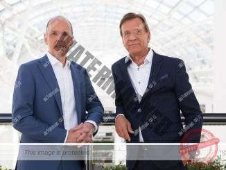 יאנס קרלסון הבוס של Autoliv (משמאל) והקאן סמואלסון הבוס של וולבו מכוניות מסכמים עיסקה (וולבו מכוניות)