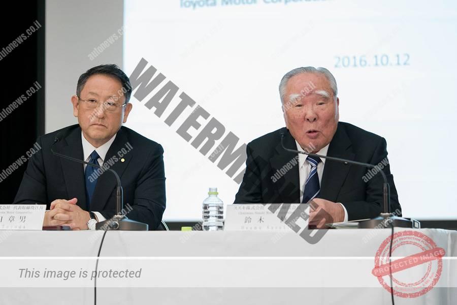 אוסמו סוזוקי (משמאל) ה-CEO של סוזוקי ואקיו טויודה, נשיא טויוטה, במסיבת עתונאים אתמול בטוקיו (טויוטה)