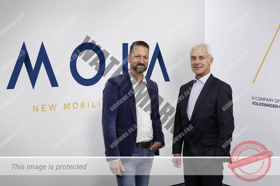 """אולה הארם (משמאל) מנהל מותג מויה ומתיאס מולר, יו""""ר הנהלת פולקסווגן, בהשקת המותג (פולקסווגן)"""