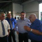 השר כץ (שני משמאל) מקבל הסבר מיוסי כהן, המנהל הטכני של אגד, במוסך המרכזי של אגד במפרץ חיפה