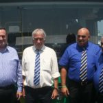 """השר כץ (משמאל) ולידו אבי פרידמן יו""""ר מזכירות אגד על רקע אוטובוס חשמלי"""