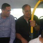 שר התחבורה, ישראל כץ (משמאל) כלוא במושב האחורי של אוטובוס BYD בנסיעת בכורה
