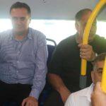 השר כץ (משמאל) עם יונה יהב, ראש עיריית חיפה, במושב האחורי באוטובוס החשמלי בסיבוב בכורה