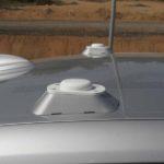התקנים ל-GPS על גג הב.מ.וו. ה-GPS עדיין לא שם